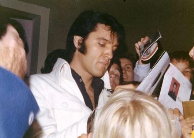 В феврале 1977 года Элвиса удалось уговорить на запись еще одного альбома в студиях RCA, он вылетел в Нашвилл, но в студии так никогда и не появился, сославшись на боли в горле.