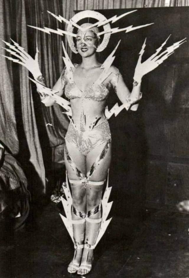 Эльмира Хамфрис, королева радио - 1939. Костюм победительницы покрыт молниями, сделанными из обычного картона.