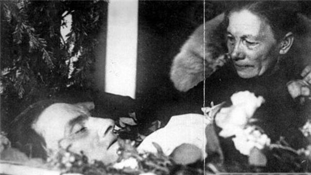 Поэт был кремирован, а его прах некоторое время находился в колумбарии Нового Донского кладбища, затем благодаря усилиям Лилии Брик и его сестры Людмилы, урна с прахом Маяковского была перезахоронена на Новодевичьем кладбище.