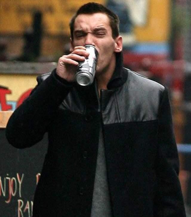 Впервые Джонатан попал в клинику в апреле 2007 года, будучи арестованным за пьянство на публике в аэропорту Дублина. А в июне 2009 года полиция снова задержала его в нетрезвом состоянии - на этот раз, в аэропорту Парижа.