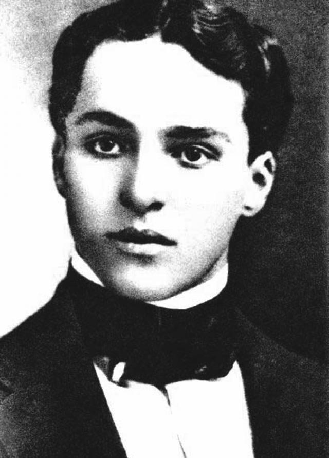 Чаплин получил постоянную работу в театре в возрасте 14 лет - раньше, чем научился читать.