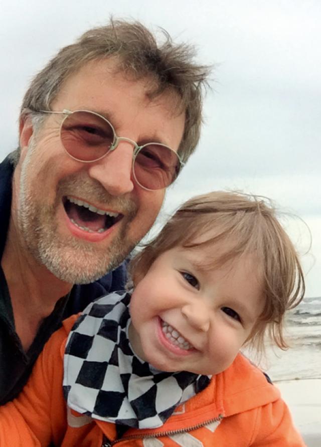 Дедом актеру удалось стать 12 ноября 2014 года. К радости Ярмольника, его дочь с супругом живет вместе с родителями, так что наслаждаться общением с внуком Петей Леонид может постоянно.