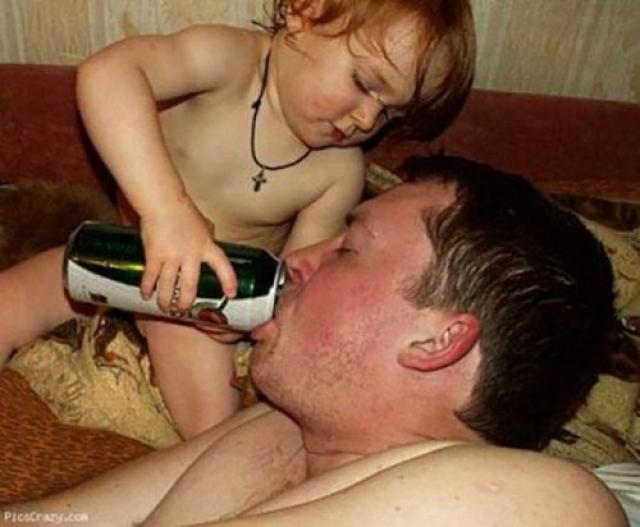 Малыш всегда поможет папе.