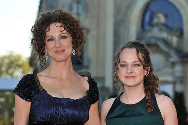 Ксения Раппопорт. 43-летняя актриса - женщина гораздо более статная и изящная, нежели ее дочь.
