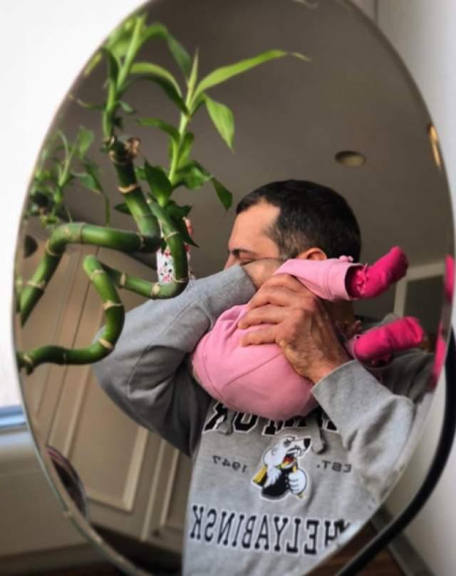 В последние месяцы звездная пара решила сделать небольшое послабление и начала выкладывать снимки, где не видно лица дочери целиком, либо она в очках.