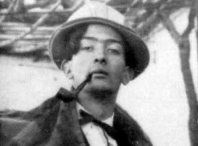 Также, как и многие другие, усики Сальвадор отрастил при первой возможности, поэтому его снимок без усов - настоящая редкость.