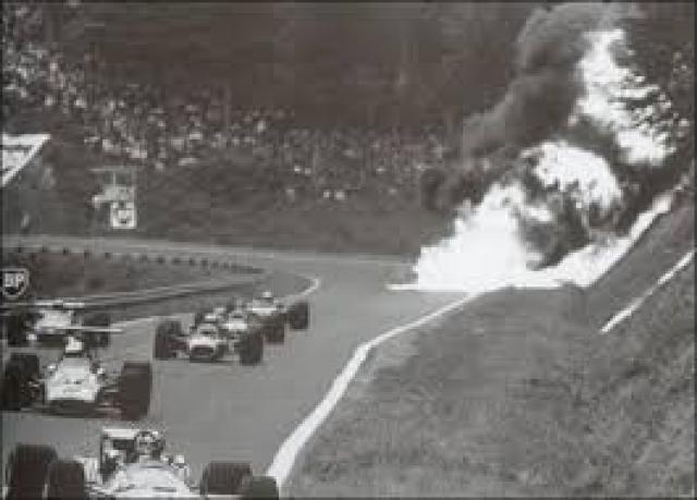 Затем машина вспыхнула, начала гореть и разваливаться на части. Пирс погиб мгновенно – переднее колесо отвалилось от машины и попало ему в голову.