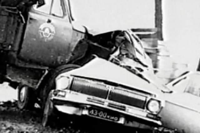"""Леонид увидел это и начал тормозить, но машина на мокрой дороге пошла юзом... Столкновение оказалось такой силы, что передние колеса грузовика оказались в салоне """"Волги""""."""