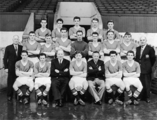 Фанаты обожали их не только за одаренность, но и за то, что все они были воспитанниками клуба, а не игроками, купленными в других клубах, что в то время как раз входило в моду. Увы, их успех перебивала авиакатастрофа в Мюнхене 6 февраля 1958 года, в которой погибло восемь ключевых игроков команды, а еще двое были серьезно травмированы.