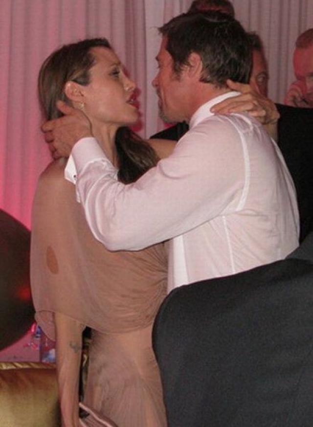 Брэд Питт и Анджелина Джоли. Во время вечеринки звездная пара весело проводила время, еще не подозревая, что через несколько лет их ждет развод.
