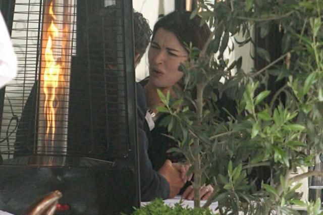 Много шума наделала снимок звезды британского ТВ Нигеллы Лоусон , которую фотограф запечатлел в компании собственного мужа, несколько раз пытавшегося душить женщину, доведя ее до слез, причем прямо в ресторане.