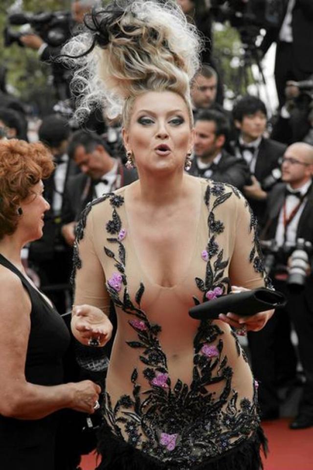 """Лена Ленина. Светская львица не сравнится ни с кем по стремлению шокировать публику. Для этого хороши и оригинальная прическа, и """"голое"""" платье."""