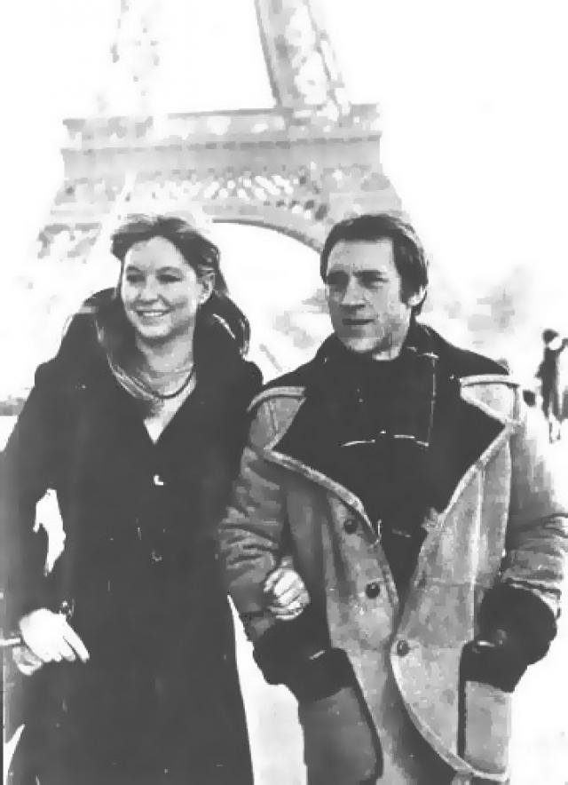 Только через шесть лет после свадьбы Высоцкому все же дали разрешение на выезд за границу. Марине Влади даже пришлось стать на время членом коммунистической партии Франции.