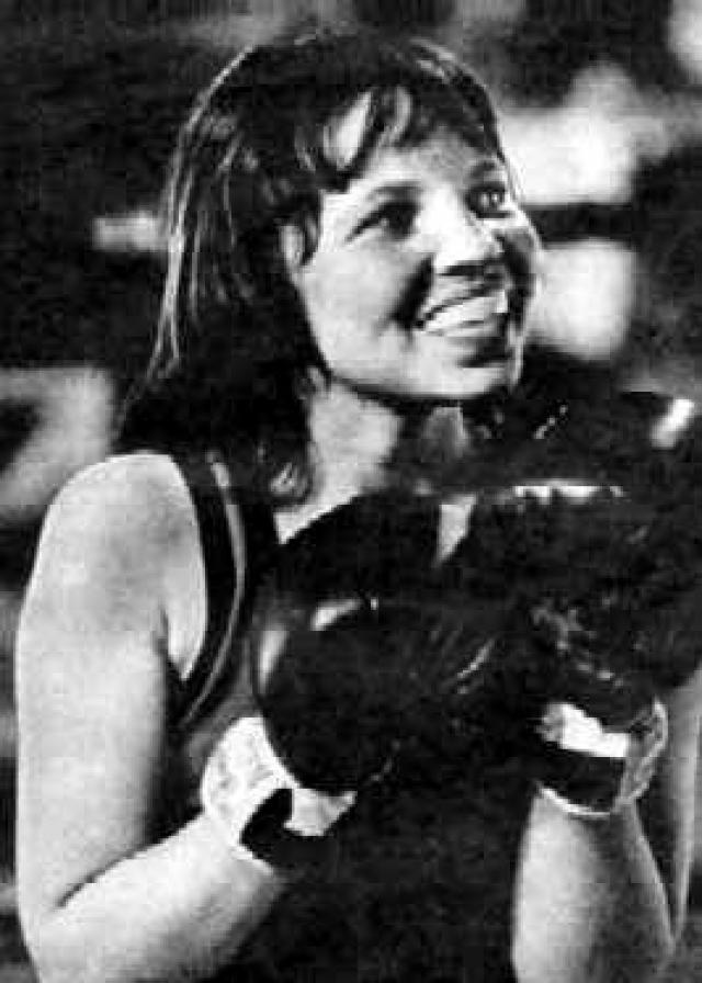 Двадцатитрехлетняя Мэрион Бермудес в 1975 году становится первой американкой, участвующей в прежде мужском турнире по боксу Золотая Перчатка в Мехико. Она победила соперника-мужчину в своем первом матче.