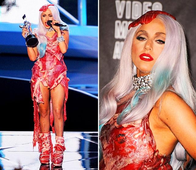 Ранее певица, известная своими экстравагантными нарядами, пришла на церемонию награждения телеканала MTV в платье, сделанном из кусков настоящего мяса. Вырезка покрывала все тело Гаги, и даже туфли были обернуты слоями говядины.