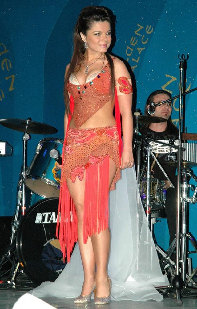 """Наташа Королева. Певица была самым настоящим первопроходцем в области """"голых"""" платьев, поскольку их она начала носить одна из первых на российской сцене."""