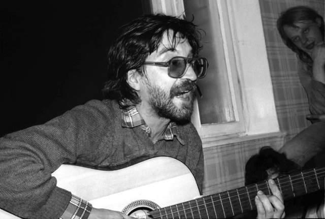 Юрий Шевчук. Музыкант с юности носил очки, а на заре карьеры его образ был неотделим от пары больших очков в толстой оправе и бороды.