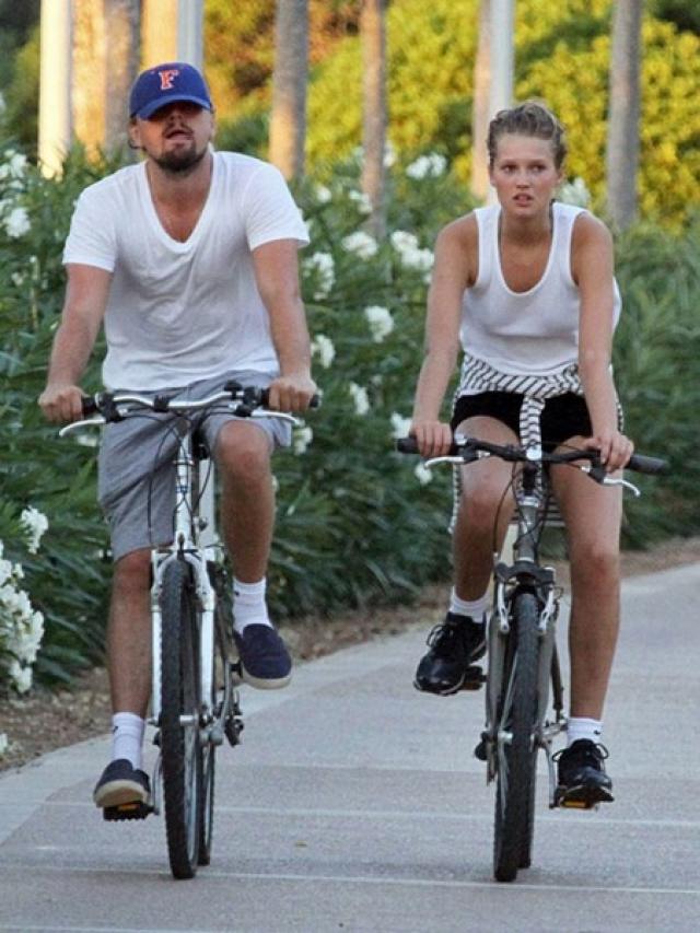 В мае 2013 года у актера начались отношения с немецкой моделью Тони Гаррн, завершившиеся в декабре следующего года. После этого длительных романов Ди Каприо вовсе не заводил.