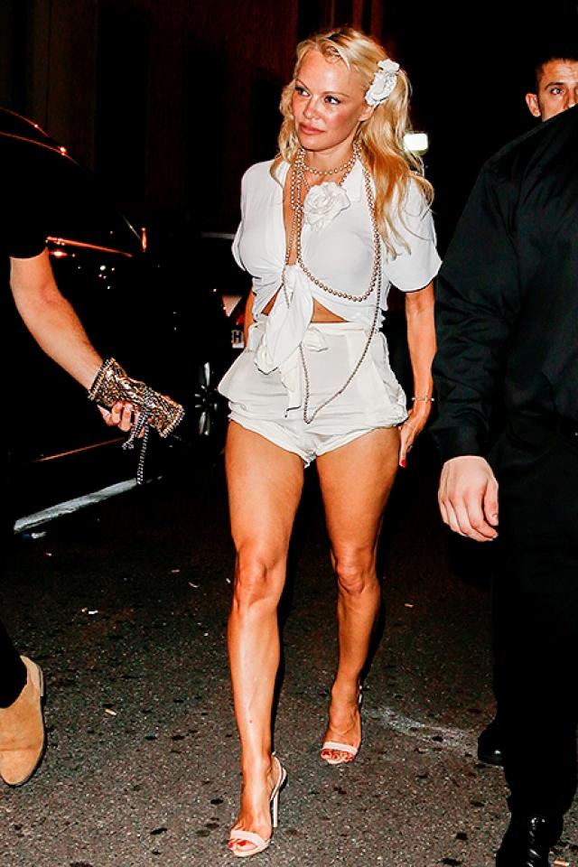 Памела Андерсон. Образ звезды напоминал куклу Барби: туфли на шпильке, коротенькие шортики или юбка-мини и гигантские декольте, демонстрирующие силиконовую грудь.