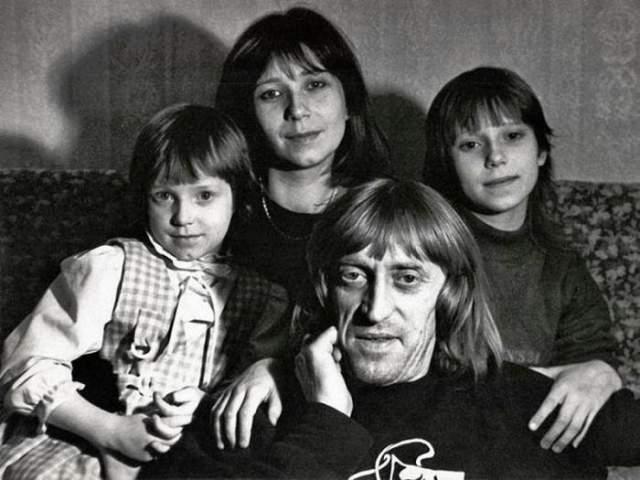 Виктор Авилов с женой Галиной и дочерьми Олей и Аней.