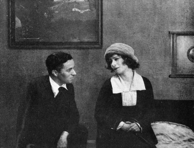 Чаплин питал слабость к молоденьким девочкам-подросткам, например: Он женился на Милдред Харрис, когда ей было 16 лет, ему было 28 лет.