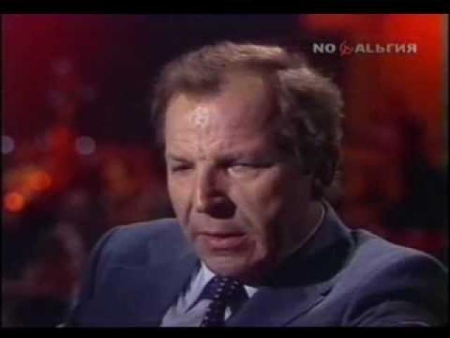 """Однажды перед выступлением он почувствовал себя очень плохо: случился сердечный приступ. После реабилитации Владимир вновь стал работать, но сердце не выдержало нагрузок, и Макарова опять увезли в реанимацию. """"И вот тогда я понял, что все, поезд ушел"""", – вспоминал он."""