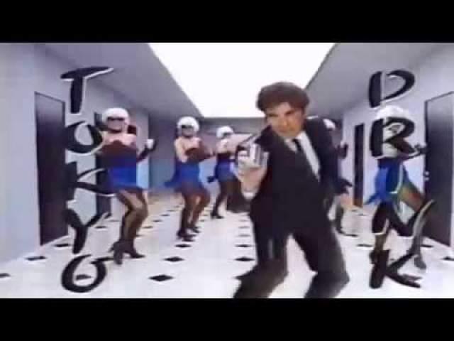 Джон Траволта отплясывал в рекламе японского энергетического напитка.