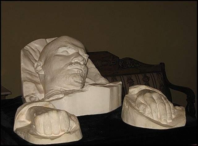 Меркуров к утру сделал не только маску, но и слепок рук вождя.