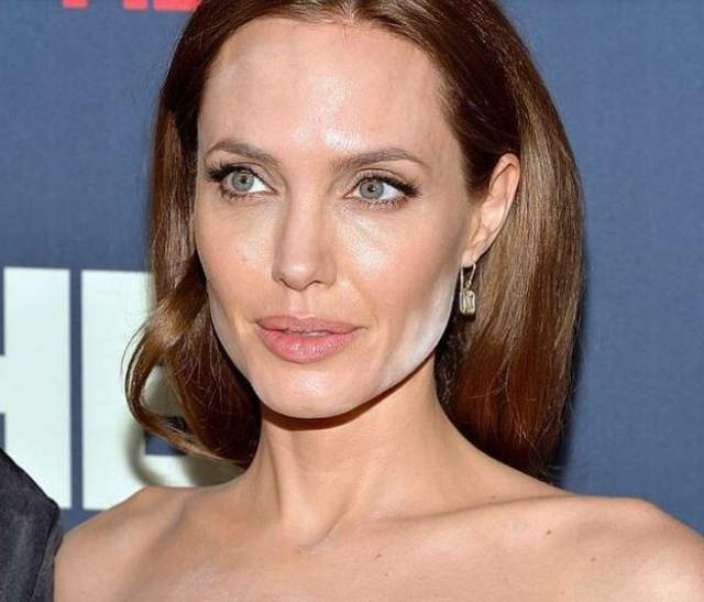 Еще один секрет и слабое место звезд - светоотражающая пудра, которая призвана фиксировать макияж, выравнивать тон лица и блокировать появление жирного блеска. При плохой работе визажиста под вспышками фотокамер лицо становится неравномерно выбеленным. Жертвой подобного стала Анджелина Джоли .