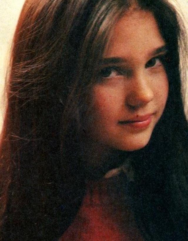"""Дженнифер Коннелли. Дженнифер начала карьеру модели в раннем возрасте десяти лет и подписала контракт с модельным агентством """"Ford Modeling Agency"""", где она получила признание, снимаясь в рекламных роликах."""