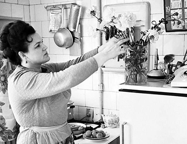 Людмила Зыкина на кухне.