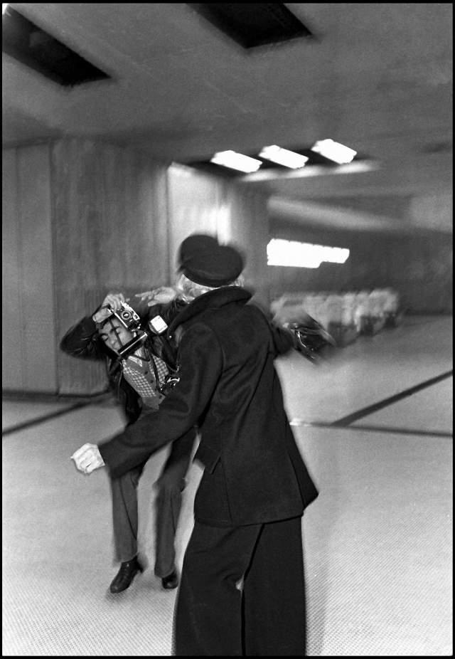 Марлен Дитрих отлупила фотографа. Тот попытался сфотографировать звезду в аэропорту в Париже, но все силы он бросил на защиту себя от разъяренной женщины. Зато другому папарацци повезло больше.