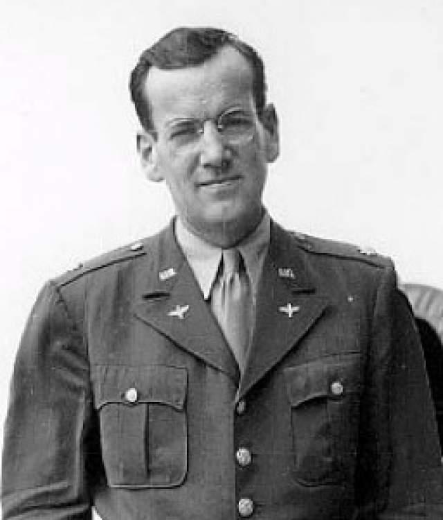 """15 декабря 1944 года он сел в одномоторный самолет """"Норсман С-64"""" до Франции на авиабазе """"Твинвуд Фарм"""". Миллер заметил, что из-за стоявшего густого тумана даже птицы перестали летать, но откладывать свой перелет не стал."""