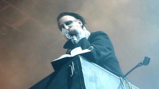 """Во время концерта в Солт-Лейк Сити Мэрлин Мэнсон разорвал библию, вырывая страницу за страницей и приговаривая """"любит-не любит"""", после чего благополучно продолжил концерт."""