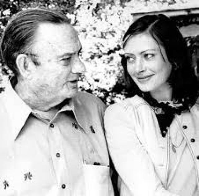 В 1976 году артистку отпустили в Америку, чтобы она смогла увидеться с мужем. Туда смогла эмигрировать ее дочь, а сама артистка собирала документы для отъезда.
