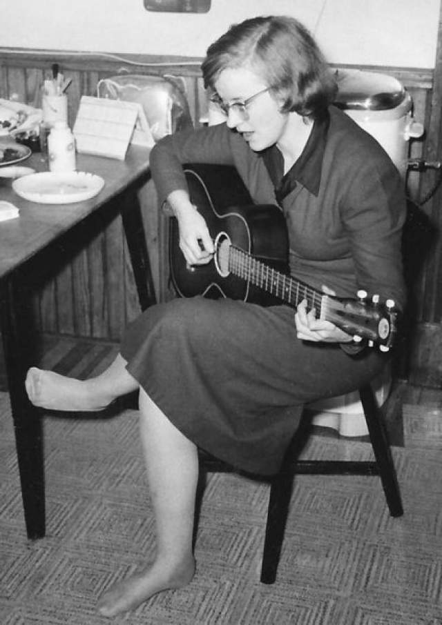 В августе 1974 года Конни написала родным и близким письма, где собрала тексты своих песен. Также в посланиях она говорила, что хочет начать жизнь заново где-то далеко. Она погрузила вещи в свой Volkswagen Beetle и скрылась.