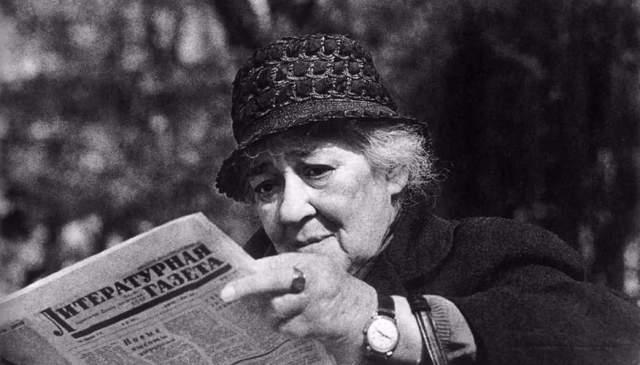Фаина Раневская. Прожила 87 лет. Замуж великолепная артистка не выходила ни разу: якобы из-за того, что тем, кому нравилась она, не нравились ей, и наоборот. Также причиной одиночества она называла свою некрасивую внешность.