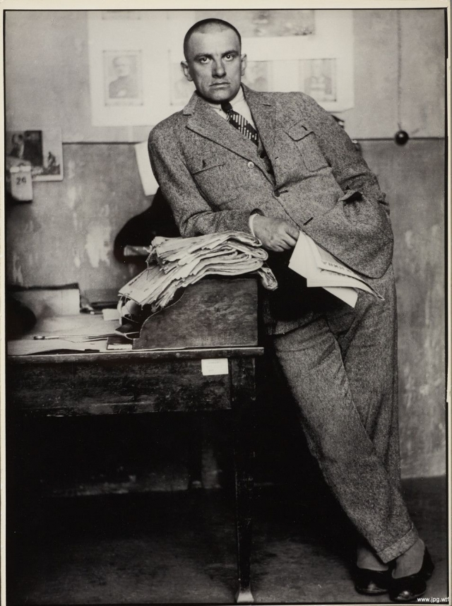 Владимир Маяковский. Поэт, по свидетельствам современников, практически не пил, но зато употреблял кокаин.