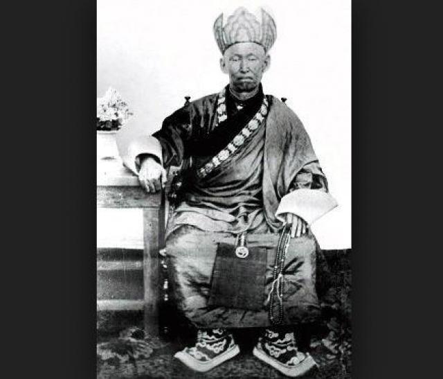 Во время медитации в позе лотоса он и умер. До этого он также повелел, чтобы его эксгумировали спустя несколько лет после смерти.
