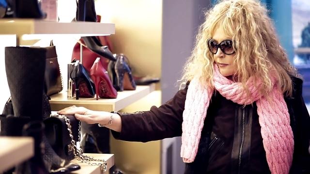 """С тех пор даже сейчас все еще выпускается обувь под маркой Alla Pugachova. Духи под брендом """"Алла"""" начали выпускать аж в 1990 году, хотя постепенно их производство сошло на нет."""
