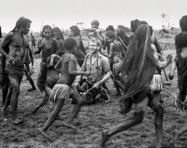 В качестве проводников они наняли двоих местных жителей — неких Лео и Симона. Они показывали им поселения аборигенов и помогали выменивать их предметы быта и искусства на металлические изделия. В поисках уникальных предметов исследователи отправились в поселение местного людоедского племени асматов.