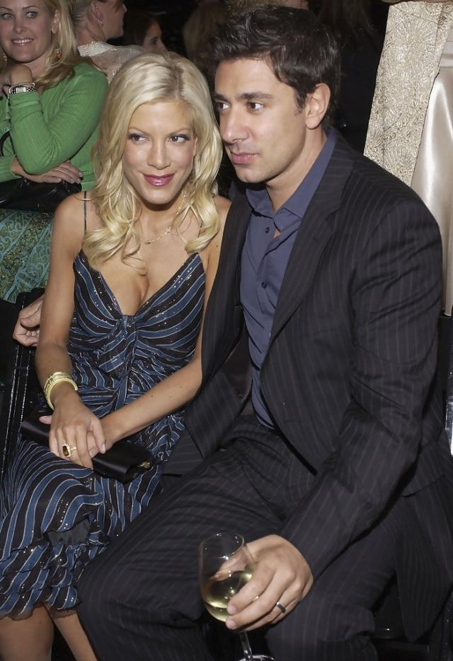 """Тори Спеллинг. Звезда """"Беверли Хиллс 90210"""" вышла замуж за актера и режиссера Чарли Шейниана в июле 2004 года."""