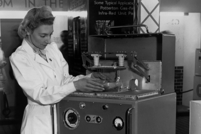 """Микроволновка. Первая в мире СВЧ-печь """"Radarange"""" выпустила компания Raytheon в 1947 году. Ее целью было быстрое размораживание продуктов и использовалась она исключительно военными."""