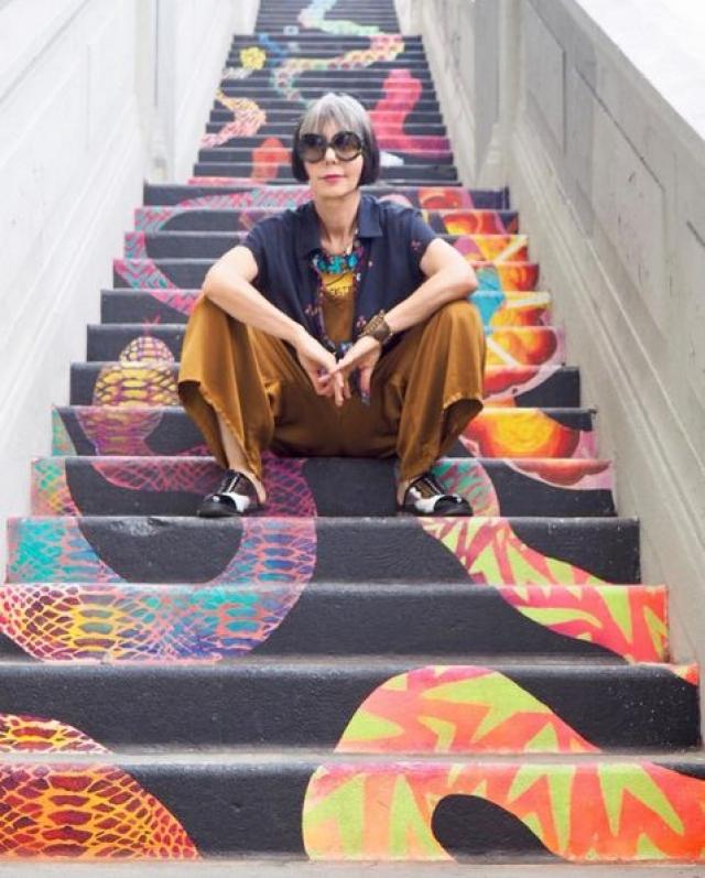 Синтия занимается дизайном интерьеров, но подписчиков привлекает прежде всего своим собственным стилем и жизнерадостностью.