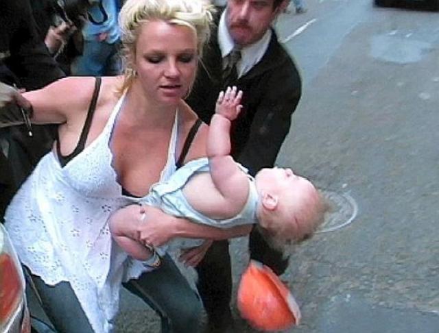 В мае 2006 года папарацци запечатлел, как Бритни Спирс едва ли не роняет своего малыша. Из-за снимка певицу лишили родительских прав на сыновей.