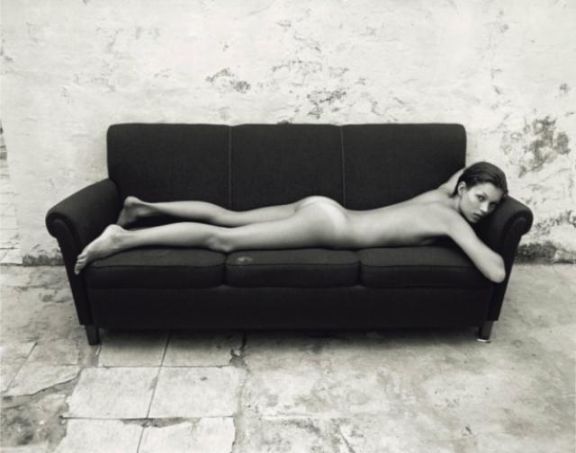 А это 18-летнюю Кейт, лежащую на диване, запечатлел Марио Сорренти в 1992 году.