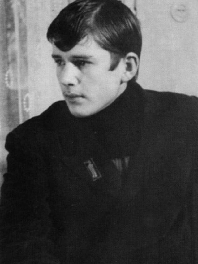 Александр Абдулов. Актер в юности занимался фехтованием и даже стал мастером спорта, что несомненно пригодилось ему позже на съемках.
