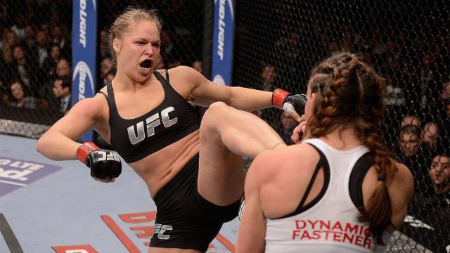 Ронда Роузи 15 ноября этого года в Мельбурне турнире UFC 193 в главном поединке встречались чемпионка организации в наилегчайшей категории 28-летняя американка Ронда Роузи и ее соотечественница 34-летняя Холли Холм.