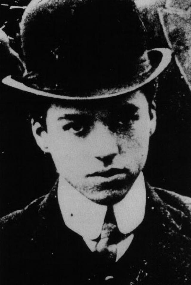 """Это была роль посыльного Билли в пьесе """"Шерлок Холмс"""". Тогда Чаплин очень боялся, что его попросят прочитать несколько абзацев вслух. Роль он выучил с помощью своего брата Сидни."""