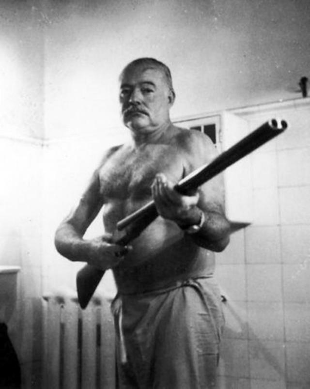 Однажды он даже пытался броситься на пропеллер самолета, но его удержали. 2 июля 1961 года в своем доме в Кетчуме, через несколько дней после выписки из клиники, Хемингуэй застрелился из любимого ружья, не оставив предсмертной записки.